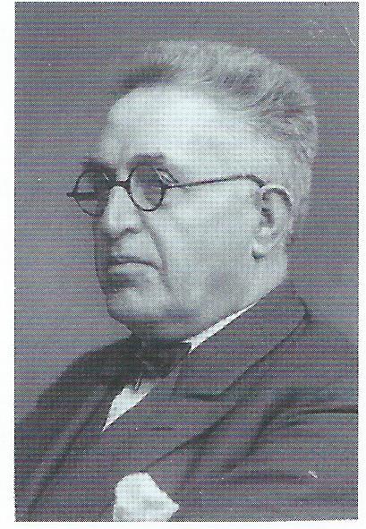 Portret van Coenelis J.Kruisweg (1868-1952), architect BNA, medeoprichter van de Vereniging Openbare Leeszaal en Bibliotheek Naarden-Bussum. Behalve van de bibliotheek was hij ontwerper van o.a. de NPB-kerk (Majellakapel), de Doopsgezinde Kerk van het eerste Concordia uit 1897 en van vele villa's in Bussum. Kruisweg ontwierp ook de ambtsketen van de burgemeester. Hij was verder wethouder van Bussum, voorts vrijmetselaar. (foto uit coll. HKB)