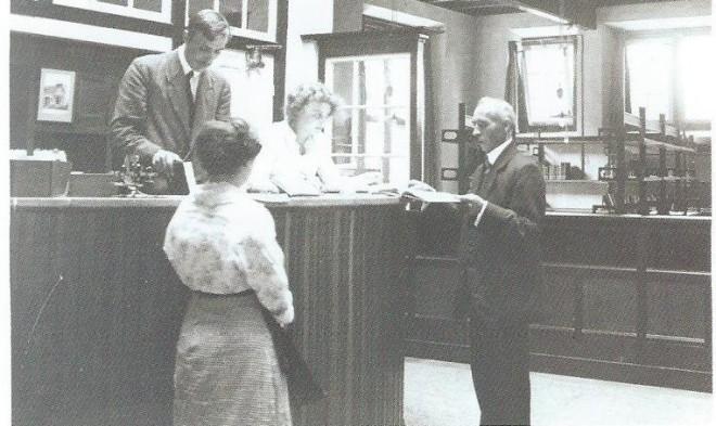 De hoge balie in de bibliotheek Generaal de la Reylaan, 1935