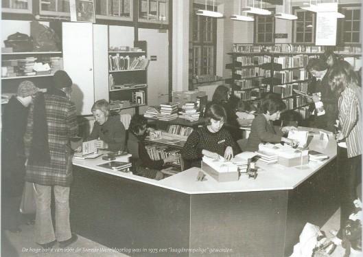 De hoge balie in de bibliotheek van Bussum was in 1975 'laagdrempelig' geworden. In de jaren 60 bovendien de gesloten uitleen een open uitleen voor het publiek.