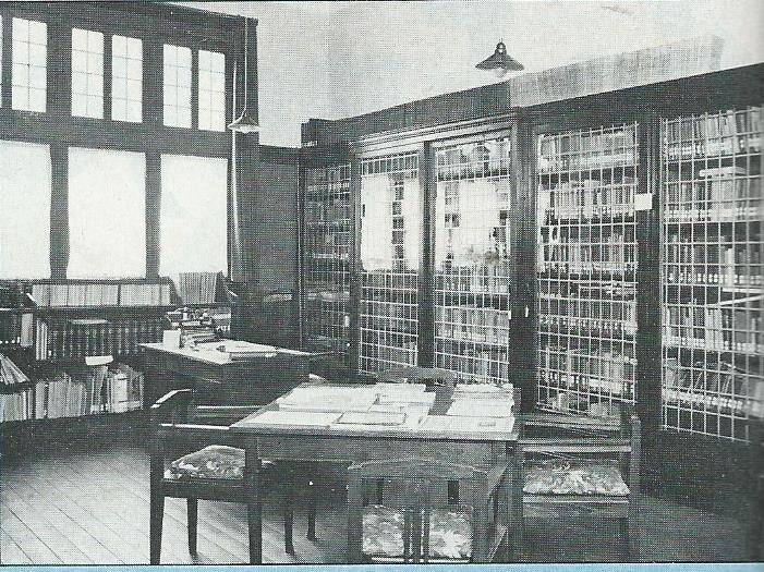 Boeken achter slot en grendel in openbare leeszaal Bussum, 1920