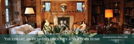 Ook al heeft hij enige tientallen kamers tot zijn beschikking bij voorkeur verblijft sir Richard FitzHerbert in de bibliotheekruimte