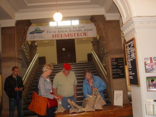 Verwelkoming van Heemstede-gangers in het stadhuis van Royal Leamington Spa in 2002