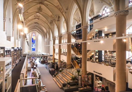 Wordt Dominicaner  in Maastricht vrij algemeen beschouwd als de fraaiste boekhandel in Nederland, sinds de vestiging in 2013 van Waanders in de Broerenkerk wordt o.a. vanwege de lichtere entourage door sommige boekenliefhebbers gemeend dat de Zwolse vestiging nòg mooier is.