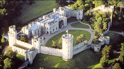Panorama van het nabijgelegen Warwick kasteel. Sinds overdracht van lord Brooke eigendom van de museumorganisatie Madame Tusssauds (tegenwoordig Merlin Entertainment Group).