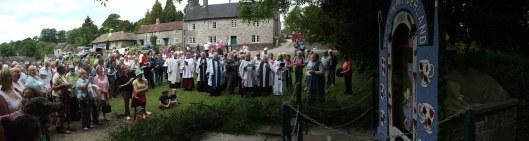 'Well-dressing' is een eeuwenoude traditie in het graafschap Derbyshire, inhoudende het versieren en zegenen van de aanwezige bronnen. Tissington claimt deze traditie als enige door alle eeuwen heen te hebben voortgezet