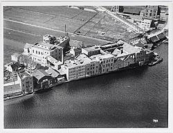 luchtfoto van de fabriek Crok en Laan in Wormerveeer