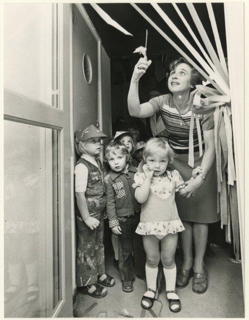 Mevrouw T.van Wezel opent 'Pinkeltje' voor peuters binnen kleuterschool de Woelwaters in Den Haag, 28-9-1976.