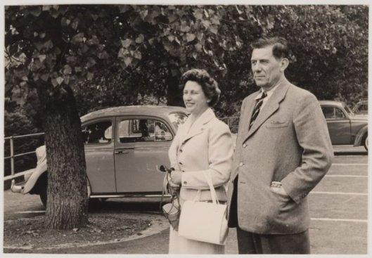De heer Dick Laan met zijn echtgenote in Groenendaal, Heemstede (NHA-Haarlem)