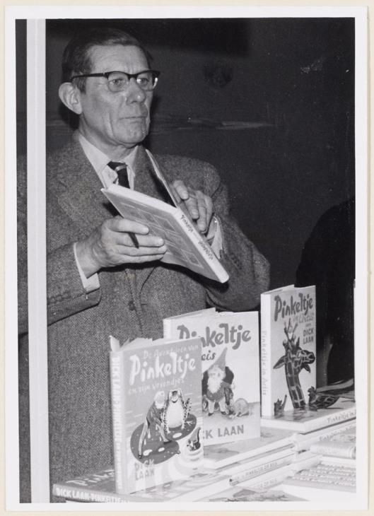 Dick Laan in een boekhandel met een uitstalling van zijn Pinkeltje boeken
