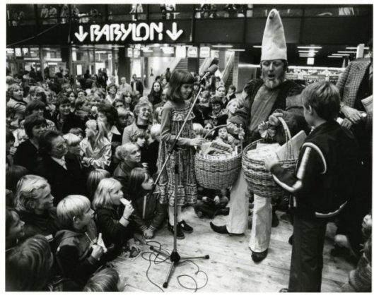 Pinkeltje overhandigt op de Kinderboekenmarkt in station Den Haag Centraal twee manden met het oeuvre van Dick Laan aan de jonge winnaars van een opstelwedstrijd, 18-10-1978