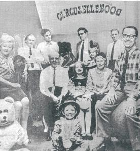 Acht kinderboekenschrijvers tussen jonge artiesten van kindercircus Elleboog. Op de bovenste rij vierde van rechts: Godfried Bomans. Daarnaast Dick Laan en helemaal rechts Dick Bruna (De Telegraaf, 28-10-1967)
