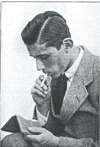 Een jonge Dick Laan met sigaret in zijn tijd als filmer bij HFC