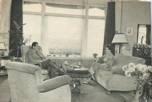 Dick en Tine laan in de zitkamer aan de Wagnerkade met een wijd uitzicht over de weilanden  die na 1971 zijn bebouwd als deel van de Componistenwijk (Strawinskylaan etc.) Foto ui Libelle van 18 oktober 1958