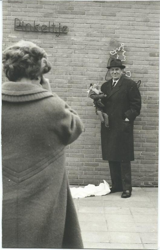 Dick Laan voor een geopende Pinkeltje-kleuterschool
