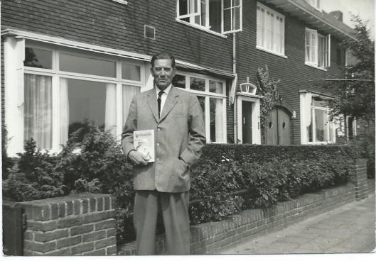 Dick Laan voor zijn huis aan de Wagnerkade in Heemstede, in 1968 poserend met een Pinkeltje-boek in zijn rechterhand