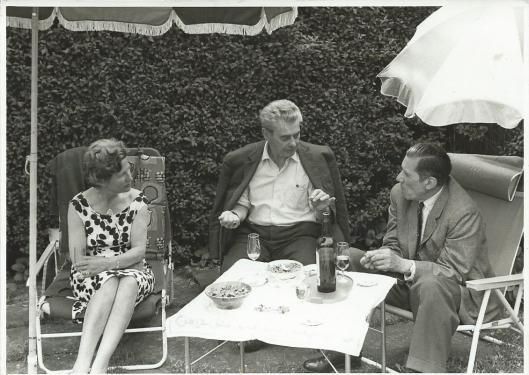 Tine Laan en Dick Laan met op bezoek in de tuin in Heemstede hun vriend en filmer Joris Ivens (1898-1989)