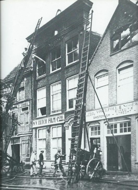 Van 1912 tot 1922 werden in de door Maurits Binger opgerichte filmfabriek 'Hollandia' aan het Spaarne 57 in Haarlem zeker 60 langere speelfilms vervaardigd met Annie Bos vaak in de hoofdrol. Na een faillissement is het filmbedrijf nog tot 1928 voortgezet onder de naam N.V.Dutch Film. Deze foto werd kort na de brand van 1928 gemaakt (N.H.A.)