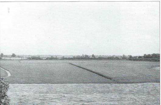 Nog een foto van Dick Laan met zicht op het Spaarne en aan de horizon de Schalkwijkerpolder. Links is een kwakel ofwel voetbrug zichtbaar, In de jaren zeventig is in de Schouwbroekerpolder een nieuwe woonwijk gebouwd met de Strawinskylaan en Frans Lehárlaan, gevolgd door de bouw van het Diaconessenziekenhuis