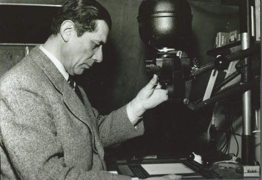 Dick Laan bezig in zijn donkere kamer