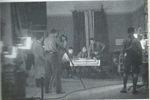 In de Hollandia Filmfabriek te Haarlem. Achter de Gaumont camera: Dick Laan. Links van hem de electricien: Vermeulen. 1918