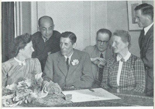 De huldiging bij het 'Zilveren Filmersjubileum' door een comité van vrienden die het diploma in 1943 aanbood. Van links naar  rechts: mw. Tine Laan, ir.A.F.E.Jansen (Ned. Smalfilm Liga), E.Verschueren (dir. Multifilm), mw. R.Mol-Coster (namens J.C.Mol in Indonesië, Dick Boer