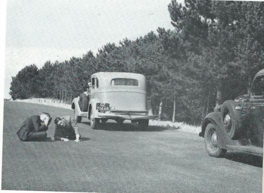 Het maken van close-ups van rijdende auto's, draaiende wielen enz. op de Zeeweg in Bloemendaal. Deze close-ups werden later door Dick Laan ingelast in een reisfilm over Zwitserland. 1948