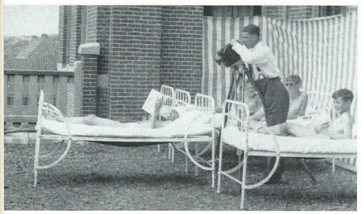 Opnamen door Dick Laan voor de film Boy. Terras van het Kinderhuis 'Zeehuis' te Bergen aan Zee, 1928-1929