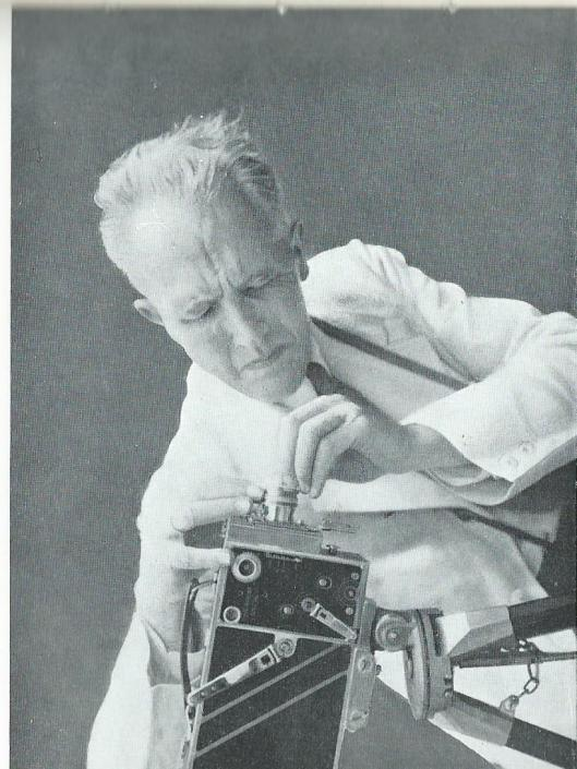 Aan J.C.Mol wijdde Dick Laan een apart hoofdstuk. Die begon als cineast in 1924 in een houten gebouwtje te Bloemendaal en verhuisde in 1927 naar Haarlem.  Oprichter en directeur van Multifilm. Op deze foto aan het werk met zijn Ciné-Kodak-Special.