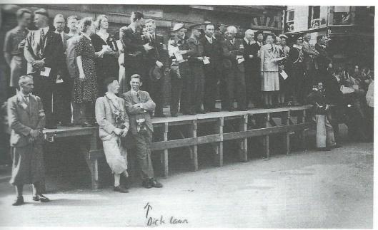 Toeschouwes bij de bevrijdingsfeesten 1945 op de Grote NMarkt in Haarlem. Voorste rij, derde van links, met camera is Dick Laan. Daarachter staat Cor van Stam, pratend met Nico Sikkel