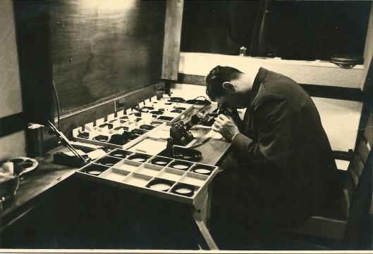Dick Laan aan het werk met bewerking van zijn smalfilms