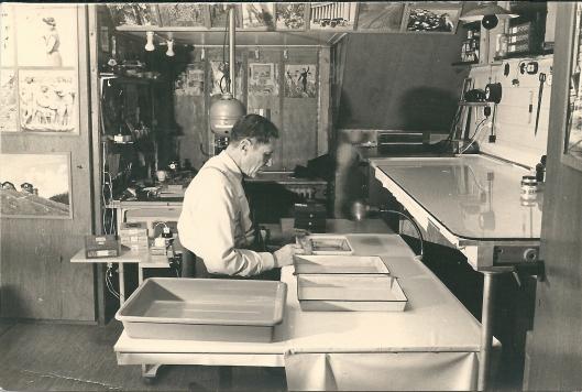 Nog een foto van Dick Laan bezig met zijn films