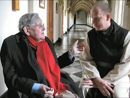 Kees Fens in gesprek met abt Dom Bernardus Peter in documentaire 'Kees Fens, erfgenaam van een lege hemel.', 2008 (foto Erik van Egel). Zelf had Fens ooit monnik willen worden. In 1947 bezocht hij het Trappistenklooster bij Tilburg. 'Het mooiste vond ik de Latijnse psalmentonen', zei hij. Door een huidziekte kon hij de ruwharen trappistenpij niet verdragen.