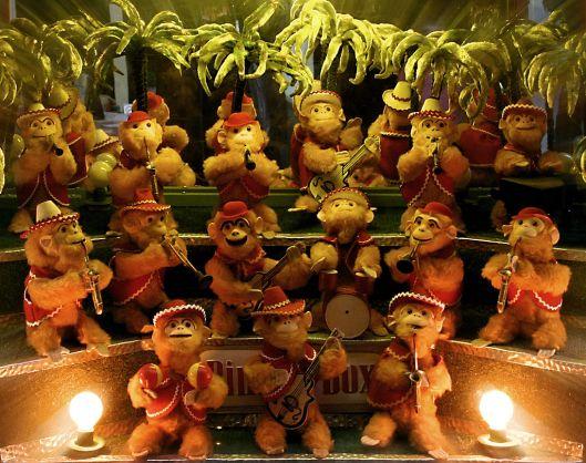 In de speeltuin van Groenendaal in Heemstede staat al sinds jaren een zogeheten bimbobox ofwel aapjeskast, een automaat die na inworp van een munt apenpoppen met muziekinstrumenten laat bewegen en muziek afspelen.
