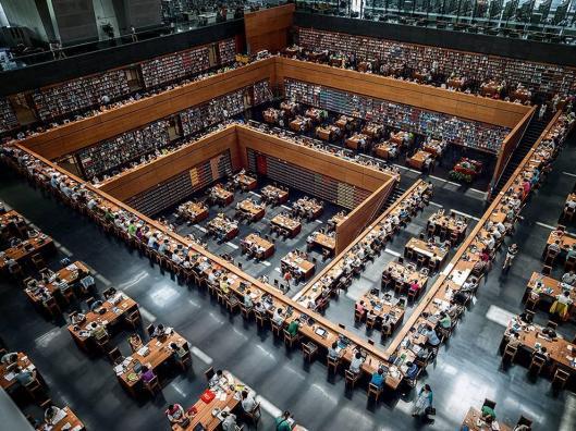 Interieur van nieuwe Nationale Bibliotheek van China in Beijing