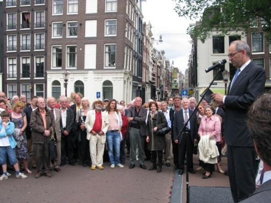 Toespraak van burgemeester Job Cohen bij de 'opening' van de Kees Fensbrug met in zijn handen Fens' boek 'Het geluk van de brug' (foto Robby Hiel)