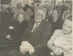 Foto door Jan Engelschor in het Haarlems Dagblad van 7 oktober 1999 bij gelegenheid van de uitreiking van de Lourens Jansz Costerprijs in de Gravenzaal van het Haarlemse stadhuis. Links van hem zijn echtgenote Uta Fens-Janssens