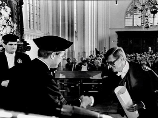 C.W.A.Fens na het uitspreken van zijn oratie 'Broeinesten en bijbelplaatsen' aan de Katholieke Universiteit Nijmegen in 1983