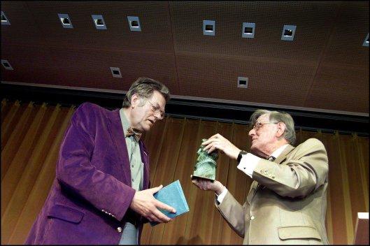 Gerrit Krol (1934-2013) ontvangt in 2001 uit handel van Kees Fens de P.C.Hooftprijs