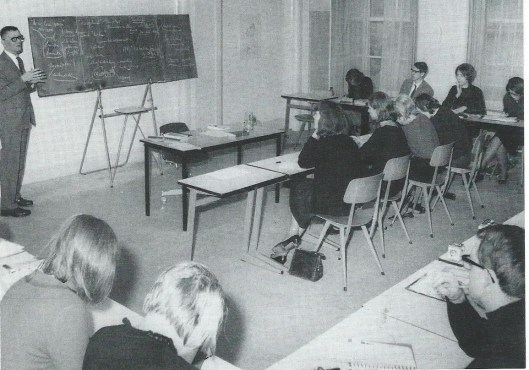 Kees Fens voor de klas op de FMA op een foto uit 1966. Hij maakte graag en veelvuldig gebruik van krijt en het schoolborrd