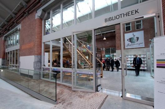 Opening van een nieuw bibliotheekfiliaal van de Openbare Bibliotheek Amsterdam in de Hallen op 5 april 2014.