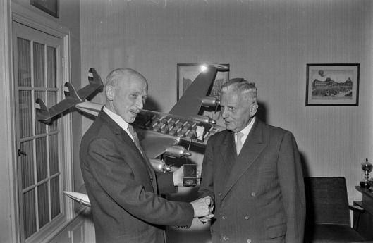 Aan de nestor van de luchtvaartpublicisten in ons land, de 69-jarihe Henri Hegener (rechts op de foto) uit Bennebroek wordt een prijs uitgereikt door lt-generaal H.Schaper (foto Peter van Zoest)