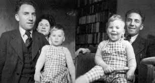 Jaap Meijer met echtgenote en oudste zoon Ischa in de Amsterdamse Staatsliedenbuurt, 1946