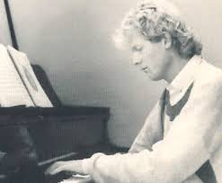 Jurriaan Andriessen aan de piano, 1977
