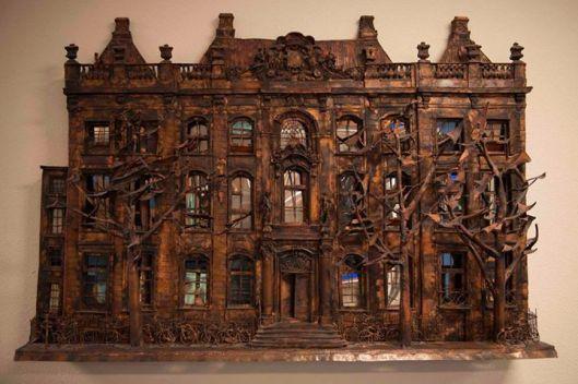 Sculptuur vervaardigd door Lous van Meurs van het pand Lange Voorhout 34 en in 1982 aan de Koninklijke Bibliotheek geschonken