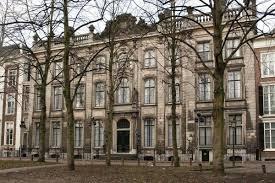 In dot oorspronkelijk door Daniel Marot tussen 1734 en 1736 ontworpen gebouw aan de Lange Voorhout 34 in Den Haag was van 1821 tot 1982 de Koninklijke Bibliotheek gevestigd.