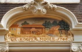 Gevelsteen De Koopemoole 1746 boven de entree van Keizersgracht 225