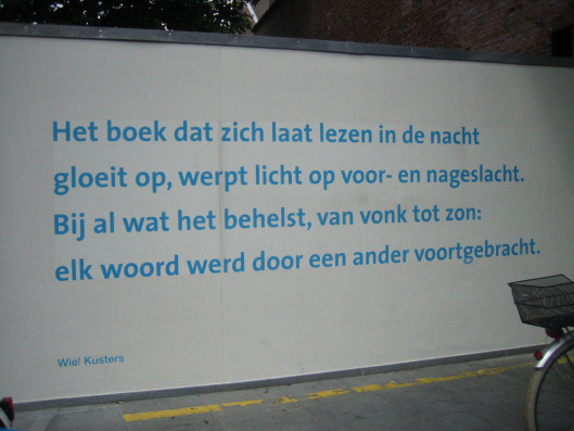 Vers van dichter Wiel Kusters op een muur bij de Universiteitsbibliotheek van Maastricht aangebracht