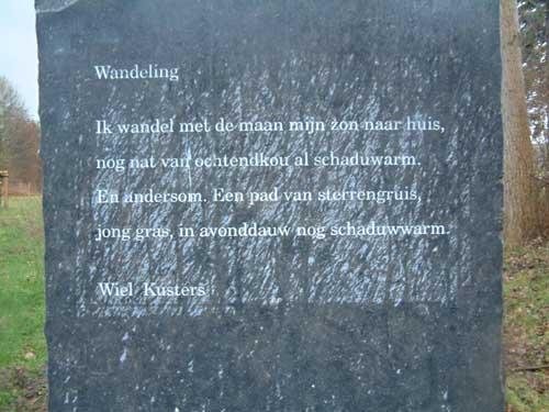Een vers in steen van Wiel Kusters is met enige moeite te vinden in het Jekerpark te Maastricht (foto CuBra/Han van Meegeren).