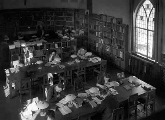 Lezen in een leeszaal was aan Kees Fens niet besteed. Hier een foto van 'Stella Maris', leeszaal in universiteitsbibliotheek Nijmegen omstreeks 1960