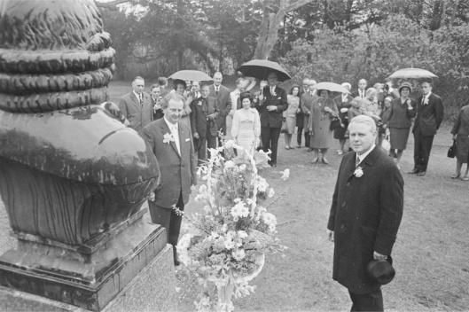 De ambassadeur van Zweden in ons land Jens Malling (links) en directeur H.W.Roozen van de Linnaeushof plaatsen een bloemenmand bij het borstbeeld van Linnaeus op de Hartekamp, 27 april 1966 (foto Ruud Hoff)